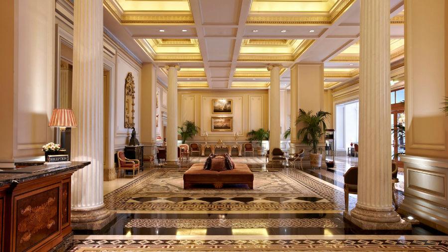 Hotel Grande Bretagne - Atene: l'ingresso e la lussuosa aerea comune