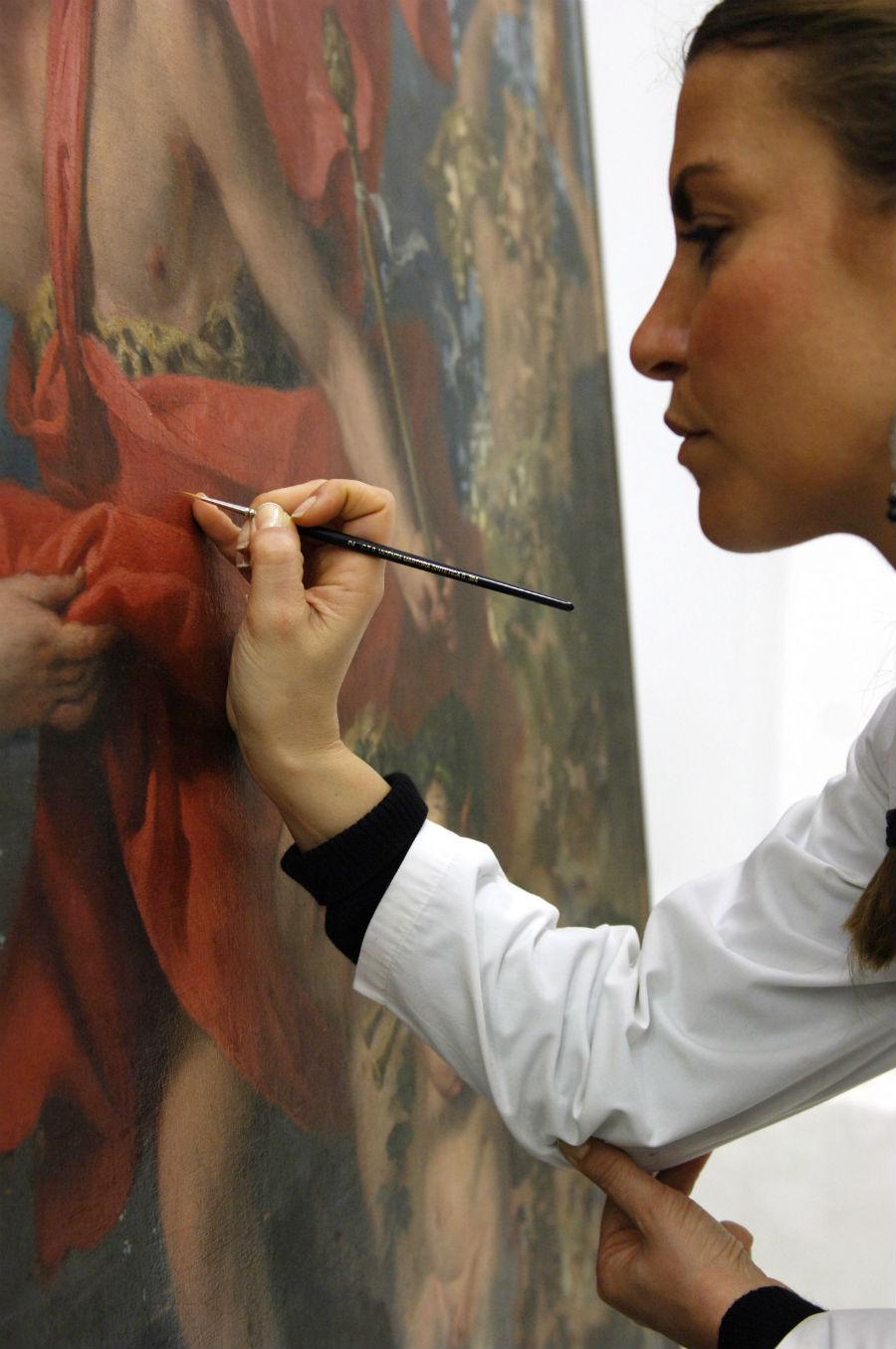 Un Maestro al lavoro su un'opera d'arte per il suo restauro
