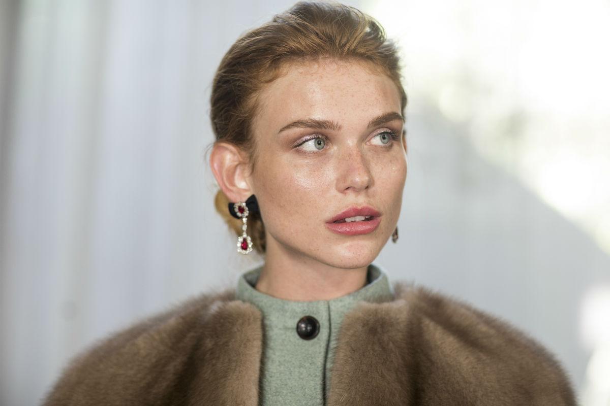 Modella indossa gioielli Faidee su di un capo di abbigliamento realizzato da Ulyana Sergeenko