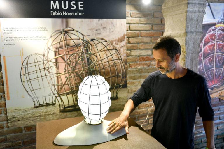 Fabio Novembre con una lampada della collezione Muse di Venini