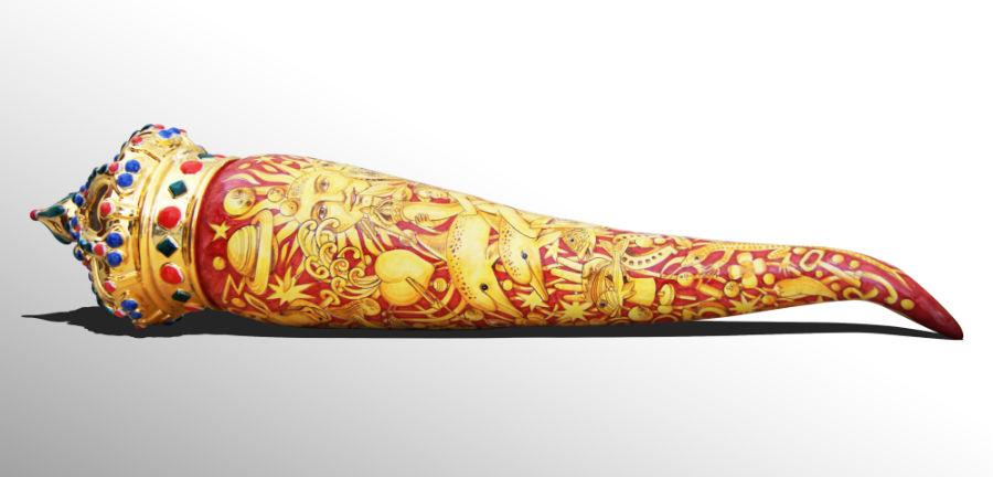 """""""Grande Corno"""", opera ceramica giocosa a opera di Francesco Raimondi (laboratorio Archetto di Vietri sul Mare), lunga 120cm, ispirata ai riti scaramantici, ora proprietà della Collezione MIC - Museo internazionale delle ceramiche in Faenza."""
