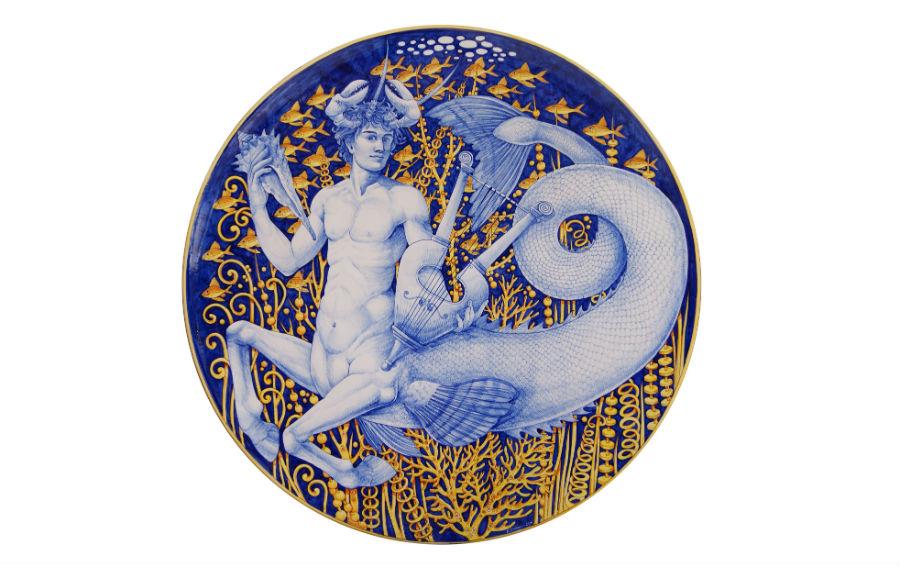 """Vietri sul mare - ceramica artistica del Maestro Francesco Raimondi: Grande piatto """"Ittiocentauro"""", in crosta vetrosa policroma, nei tipici colori giallo e blu amati dall'artista-ceramista. Le opere di Raimondi sono presenti in molte collezioni private, gallerie in Italia e all'estero, e in musei di tutto il mondo, come il Museo della ceramica Flicam di Fu Ping in Cina, il Museo dell'azulejos di Lisbona, il Museo della ceramica di Nabeul in Tunisia, e il MIC di Faenza."""
