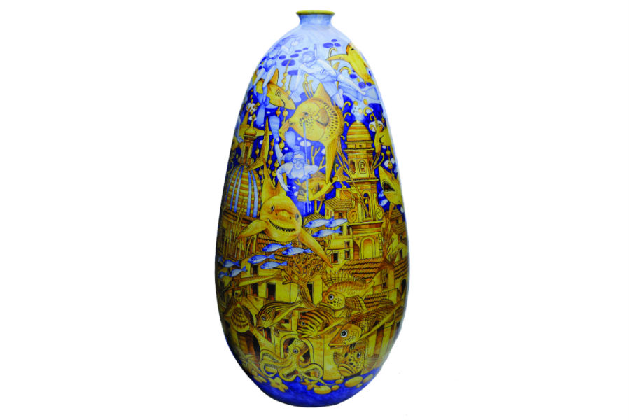 """Vietri sul mare - ceramica artistica del Maestro Francesco Raimondi: Vaso """"Vietri sotto il mare"""". In quest'opera Raimondi gioca con l'immaginazione, ponendo la sua Vietri sul Mare nelle profondità marine, meta di subacquei e casa per pesci, polipi e squali di ogni tipo. Raimondi ha un rapporto speciale con la sua città e la Costiera Amalfitana. L'amore verso questi luoghi è la prima fonte di ispirazione per le sue creazioni."""