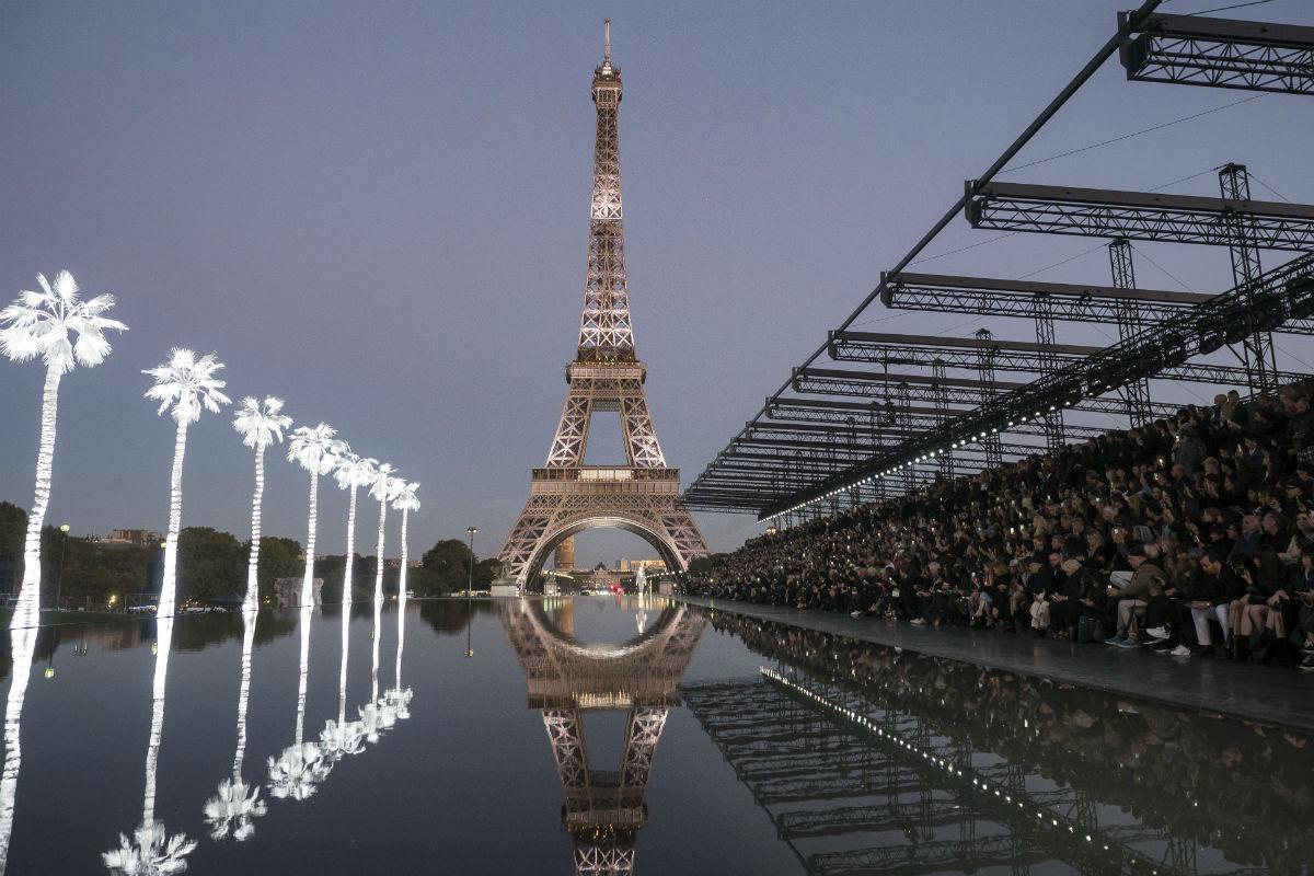 YSL: sfilata a Parigi sotto la Tour Eiffel per la collezione SS 2019