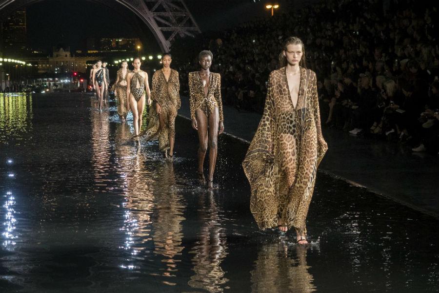 Saint Laurent: sfilata a Parigi sotto la Tour Eiffel per la collezione SS 2019