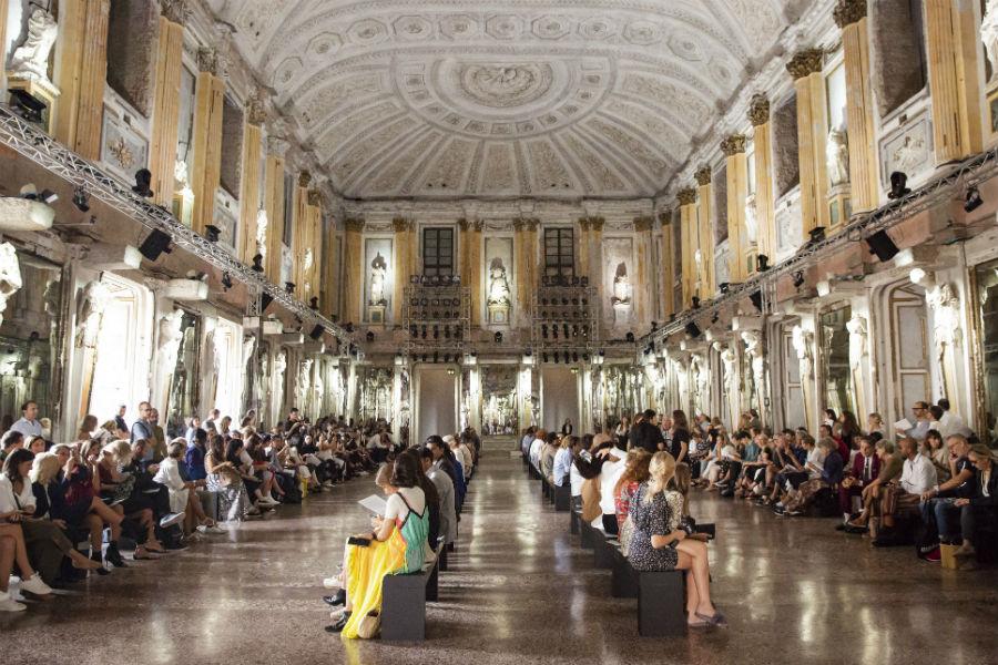 Collezione primavera estate 2019 disegnata da Federico Piaggi per Jessie - nell'immagine la Sala delle Cariatidi a Palazzo Reale a Milano
