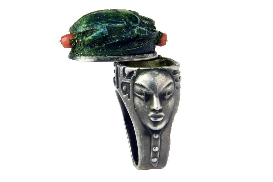 Anello da uomo porta veleno proveniente dall'Egitto, con scarabeo in pasta di vetro che funge da copricapo alla dea egizia incisa sulla base © Bernard Saint-Genès