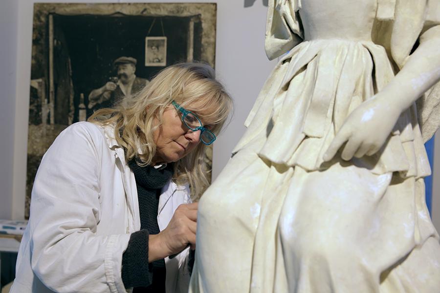 Ritratto di Lidiana Miotto al lavoro su un opera in cartapesta © Susanna Pozzoli, Fondazione Cologni, unascuolaunlavoro.it