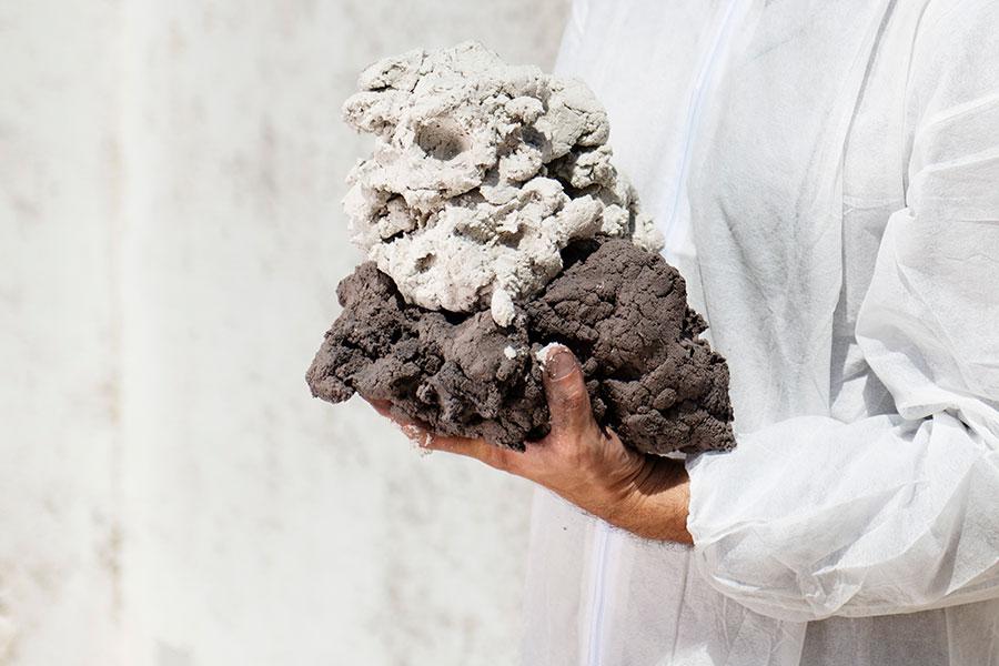 """Il composto """"carta cruda"""" di Paper Factor, pronto per essere modellato e utilizzato. © courtesy Paper Factor - credit Maremosso - Giulia Piermartiri"""