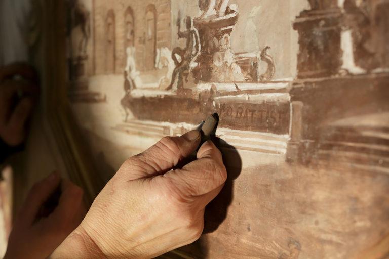 Lidiana Miotto durante un restauro sulle pareti di un palazzo ricoperte di decori in cartapesta, a Lecce. Dal 2009 il Castello Carlo V della città ospita il Museo della Cartapesta, con una importante collezione di opere dal Settecento a oggi. © Susanna Pozzoli, Fondazione Cologni, unascuolaunlavoro.it