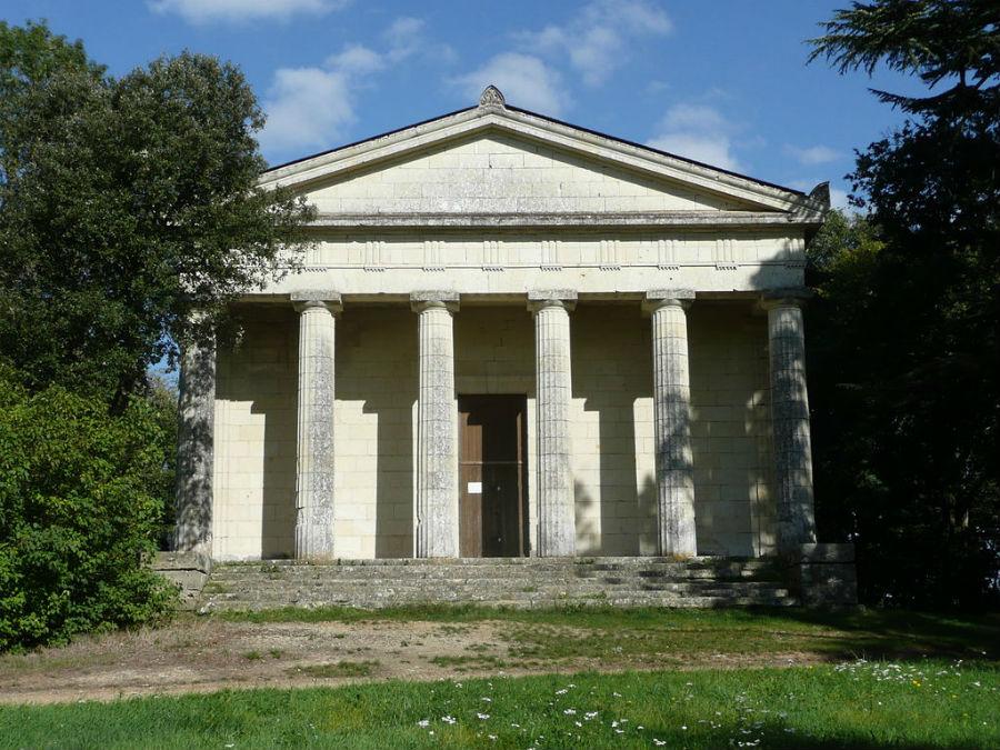 Il tempietto neoclassico all'interno del parco del Castello di Brissac