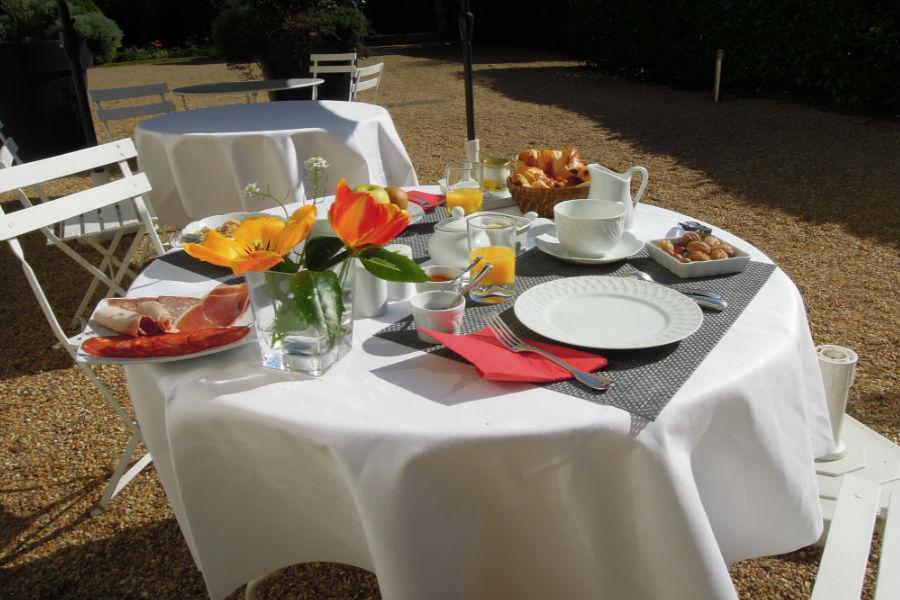 Colazione nel parco dell'Hotel Castello di Verrières