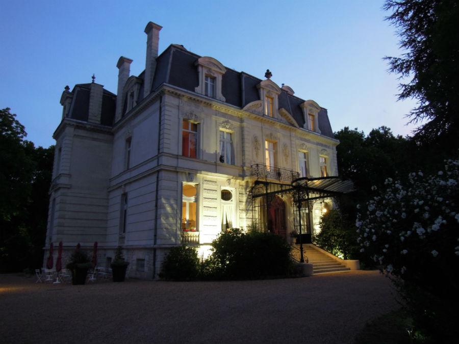 La facciata principale dell'hotel-castello di Verrières