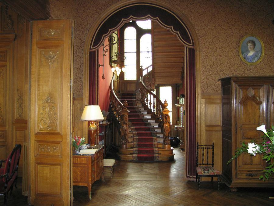 Scalinata di accesso al piano superiore dell'hotel-castello di Verrières