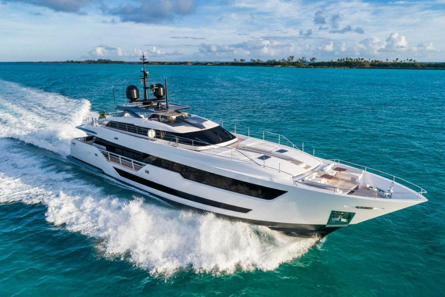 Il nuovo yacth Custom Line 120 del Gruppo Ferretti in acqua