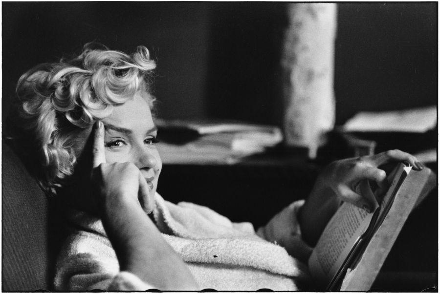Elliott Erwitt in mostra a Pavia con Icons: nell'immagine New York, 1956, American actress Marilyn Monroe © Elliott Erwitt/MAGNUM PHOTOS, Marilyn Monroe in posa mentre legge un libro