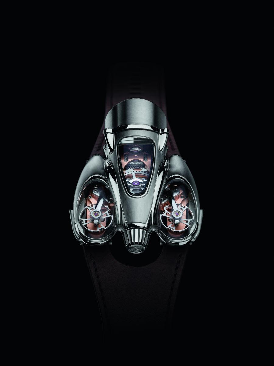 Un'immagine dall'alto dell'Horological Machine N°9 Flow (in versione Road con movimento in oro rosa). A catturare gli sguardi, le forme streamline e i due bilancieri alloggiati sotto le cupole esterne in vetro zaffiro.