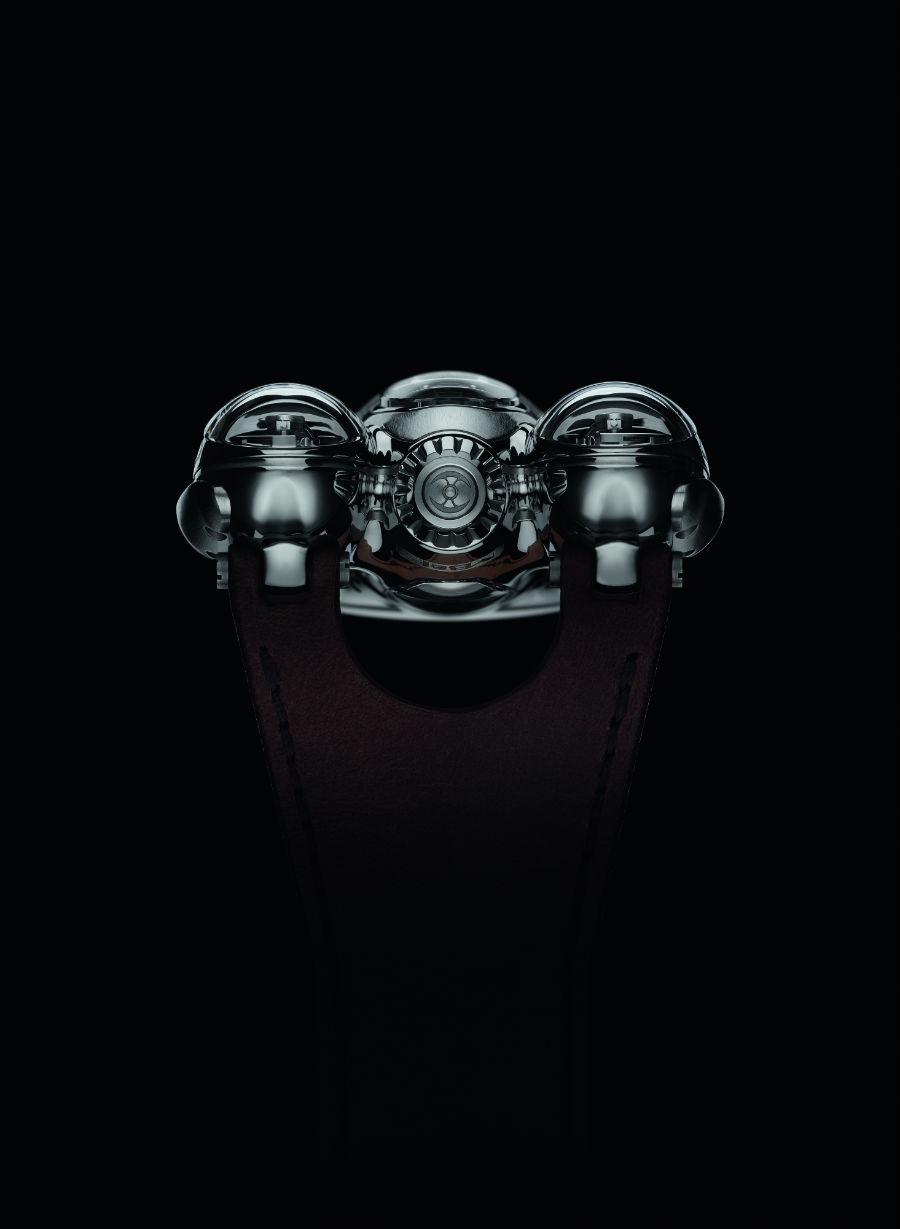 Visto di profilo, dal lato posteriore, l'Horological Machine N°9 Flow ricorda lontanamente l'HM6 Space Pirate. Modello lanciato da MB&F nel 2014.