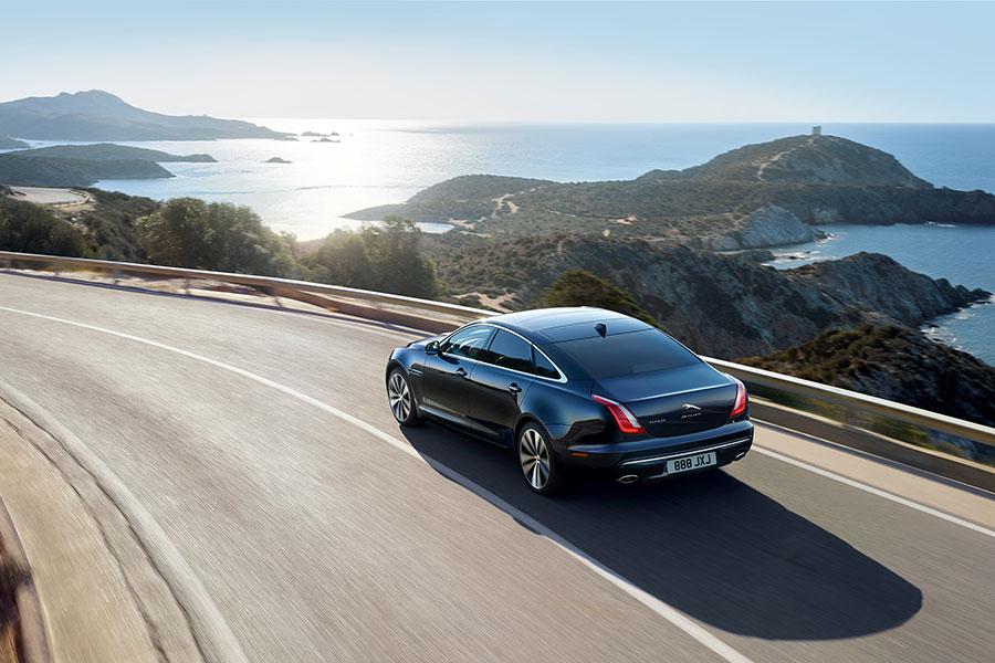 La nuova Jaguar XJ50 su strada