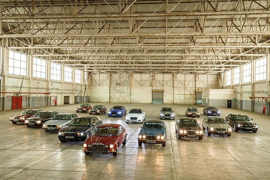 Il convoglio di Jaguar XJ in partenza per Parigi