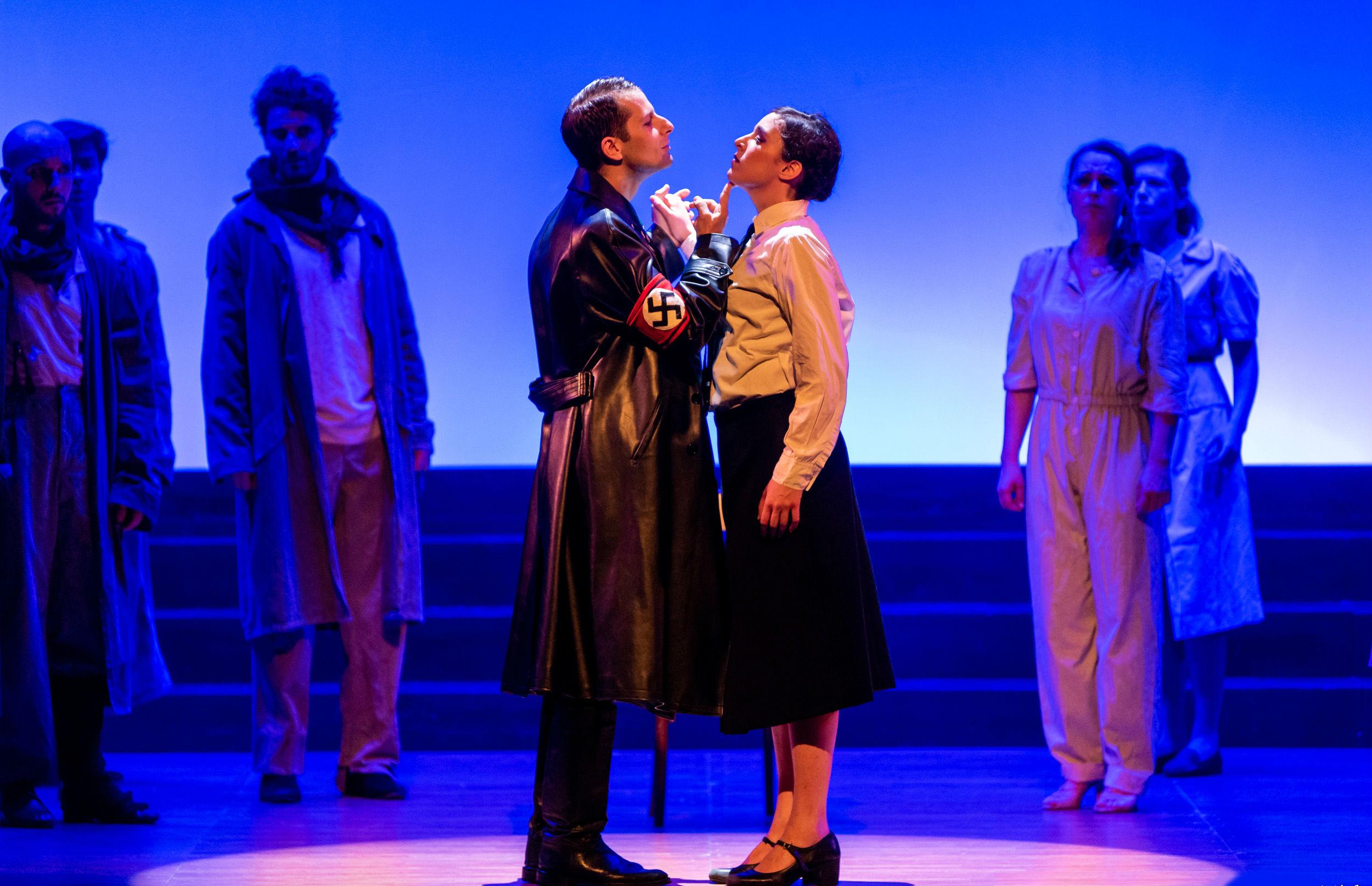 Una ripresa tratta da Le Bal. L'Italia balla dal 1940 al 2001, spettacolo in scena al Teatro Menotti di Milano