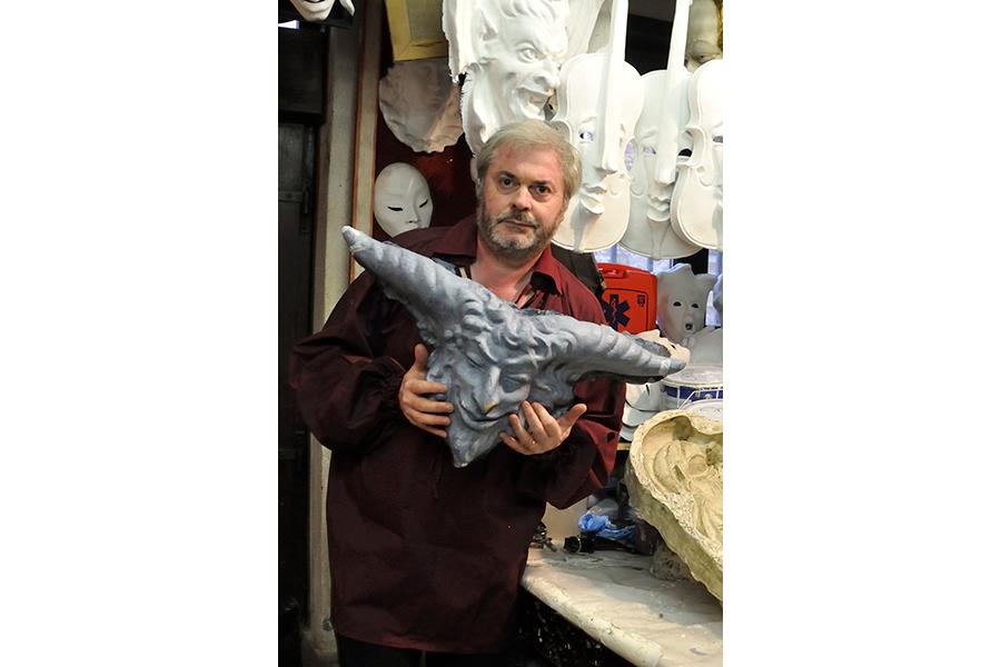 Le maschere veneziane artigianali de la Bottega dei Mascareri: nell'immagine Ritratto del Maestro Sergio Boldrin nel suo atelier di Venezia, a Rialto.