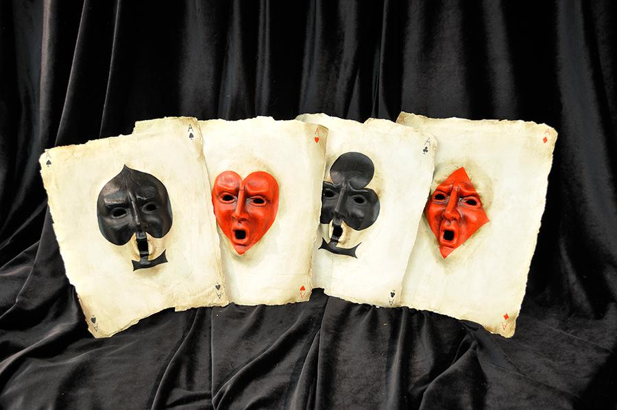 """Le maschere veneziane artigianali de la Bottega dei Mascareri: Sergio Boldrin non realizza solo maschere tradizionali, ma ama anche """"giocare"""" con soggetti originali e stravaganti. In questa immagine si nota come abbia usato i semi delle carte da gioco francesi per dare vita a una fascinosa maschera a quattro volti."""