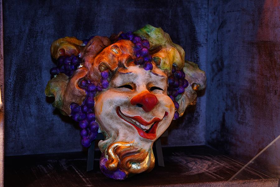 """Le maschere veneziane artigianali de la Bottega dei Mascareri: nell'immagine """"Bacco con la barba"""" è una maschera in cui il dio del vino romano viene rivisitato in chiave moderna da Boldrin. È realizzata con la cartapesta, colori acrilici, cera d'api, foglia d'oro. Per arrivare al risultato finale, diverse sono le fasi di lavorazione: un mestiere che richiede di pazienza, manualità e grande saper fare."""
