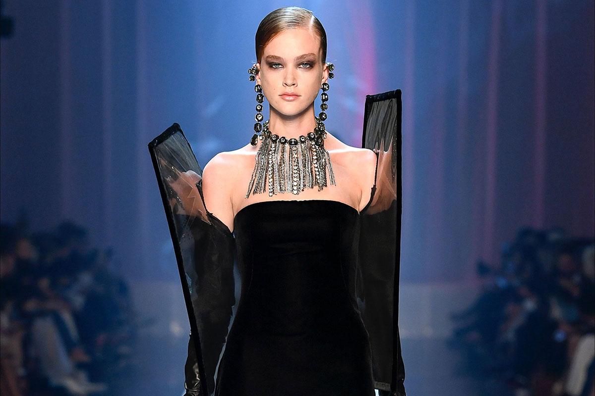 Moda Velluto - i look couture per l'autunno inverno 2018/2019: nell'immagine una modella indossa un elegante abito in velluto