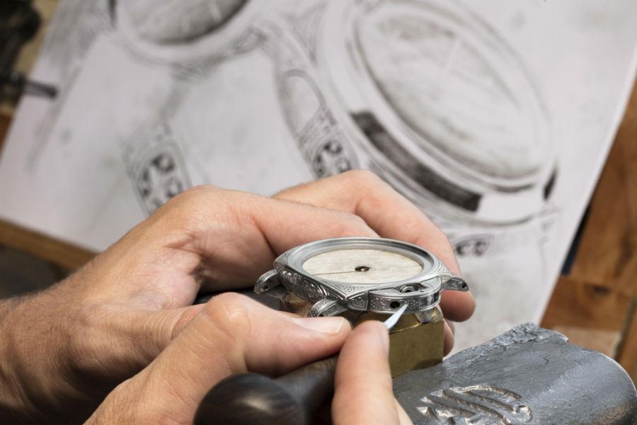 Officine Panerai Firenze – Una fase di incisione manuale del ponte proteggi corona tipico dei modelli Luminor. La lavorazione dell'intera cassa richiede oltre una settimana di lavoro da parte di abili maestri incisori.
