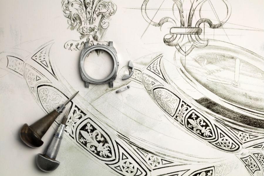 """Un'immagine della cassa del Luminor 1950 Firenze di Officine Panerai al termine del processo di incisione. Sullo sfondo, i bozzetti in grande scala utilizzati dai maestri incisori come """"guida"""" durante la lavorazione."""