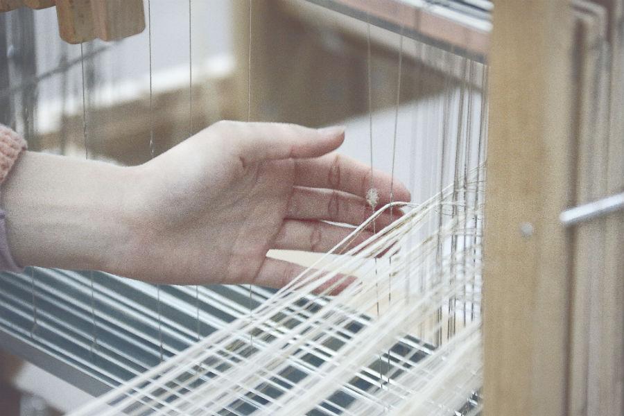 Maison Lesage – Tweed: preparazione dei fili di ordito sul telaio