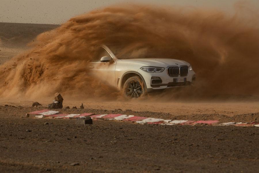 """La nuova BMW X5 in pista nel il circuito di """"Monza, Sahara"""" e sulle dune del deserto"""