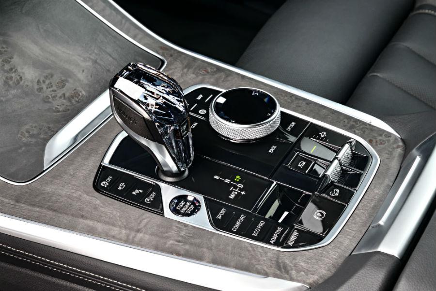 La leva del cambio in vetro della nuova BMW X5