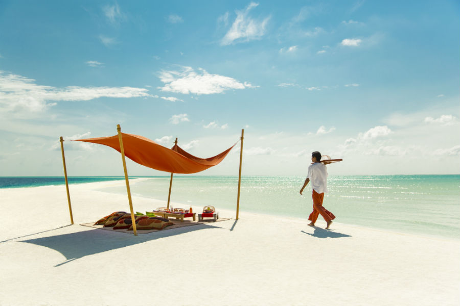 Cocoa Island, resort di lusso a Makunufushi - Maldive: nell'immagine la spiaggia di sabbia bianca del resort