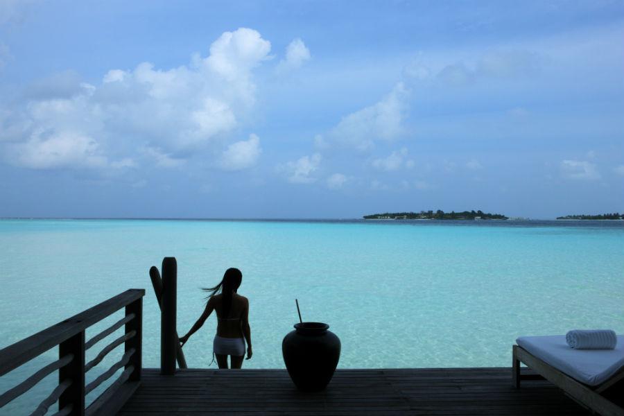 Cocoa Island, resort di lusso a Makunufushi - Maldive: nell'immagine il terrazzo sul mare di una delle suite