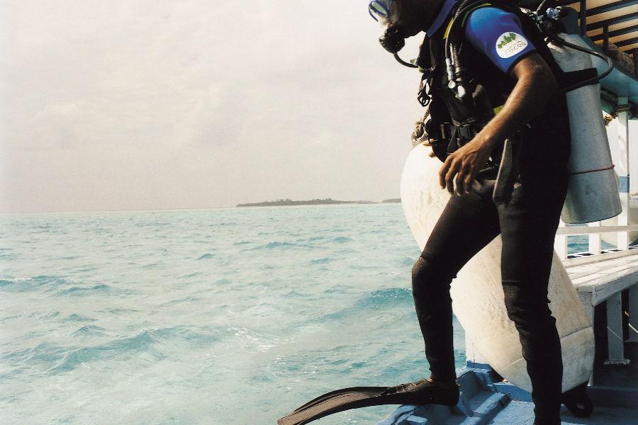 Cocoa Island, resort di lusso a Makunufushi - Maldive: nell'immagine un sub si prepara all'immersione