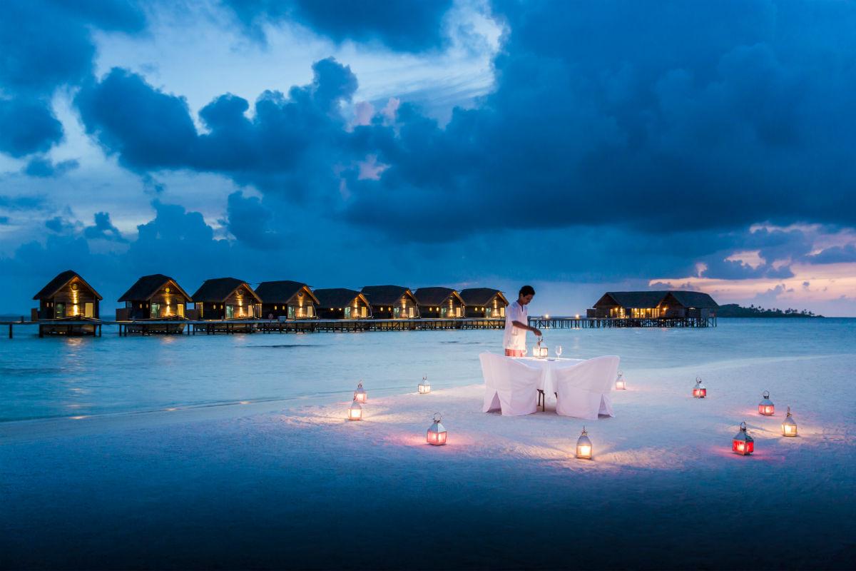 Cocoa Island, resort di lusso a Makunufushi - Maldive: nell'immagine una veduta notturna del resort e della spiaggia