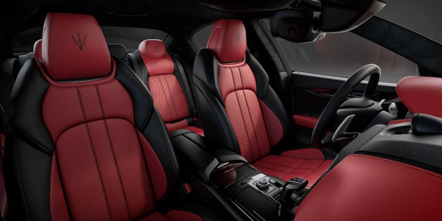 Maserati Ghibli Ribelle dettagli dell'interno dell'abitacolo che sfoggia rivestimenti in pelle full premium bicolore rosso/nero