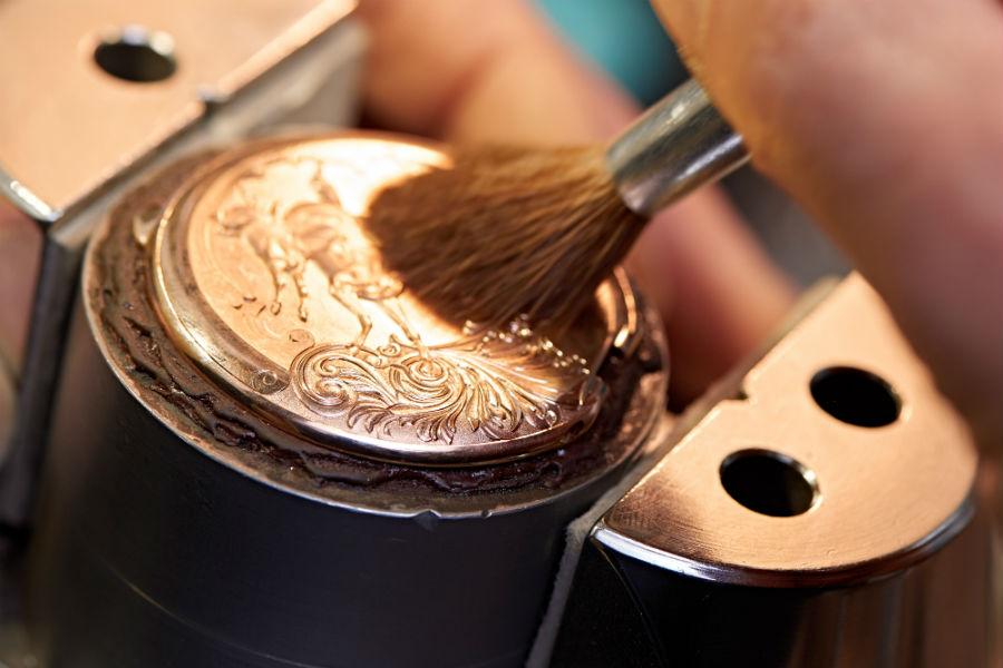 """Girard-Perregaux - Esmeralda Tourbillon """"À secret"""" – Nella foto una delle diverse fasi del paziente lavoro di incisione del maestro orologiaio."""
