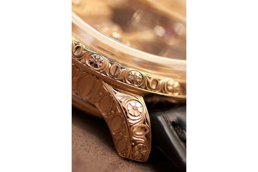 """Girard-Perregaux - Esmeralda Tourbillon """"À secret"""" – Nella foto i dettagli della cassa in oro rosa interamente incisa a mano riprendendo i motivi eseguiti sull'esemplare del 1889 ed il coperchio inciso a chiudere il fondo dell'orologio."""