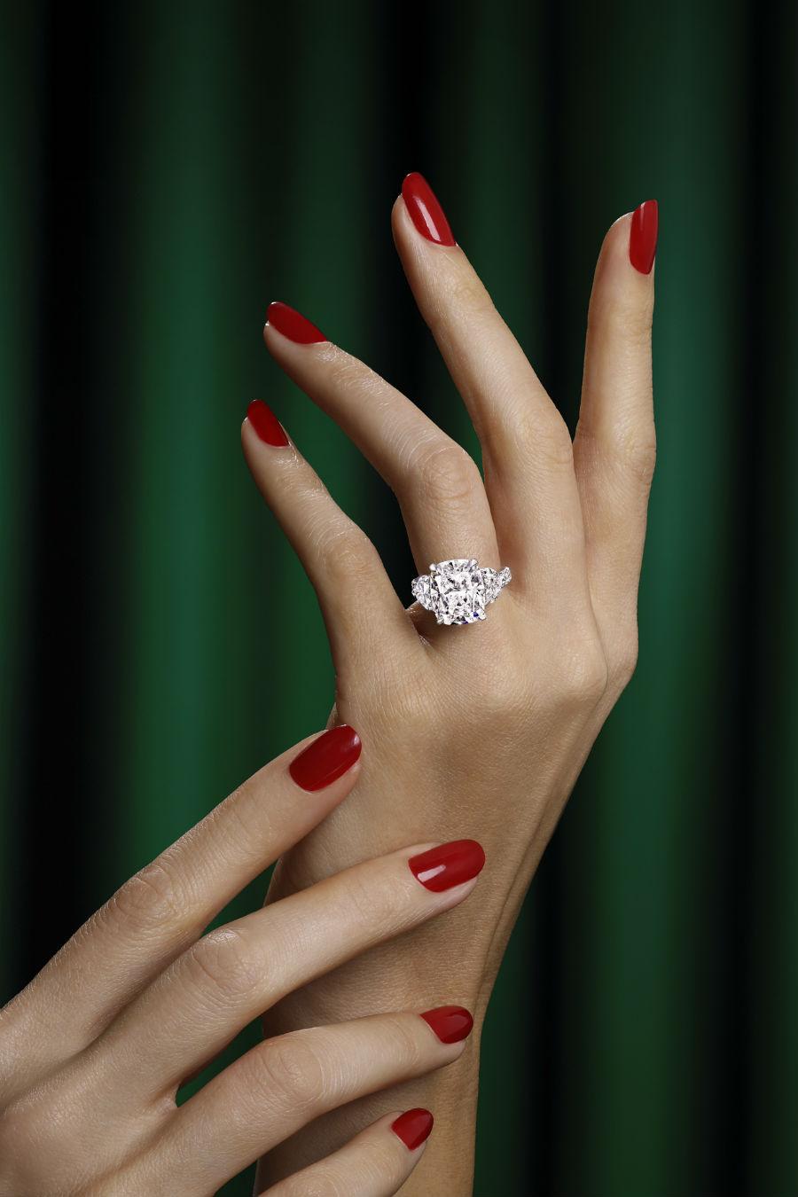 Un anello indossato: la creazione di Graff Diamonds possiede incastonata un frammento del diamante Lesedi La Rona