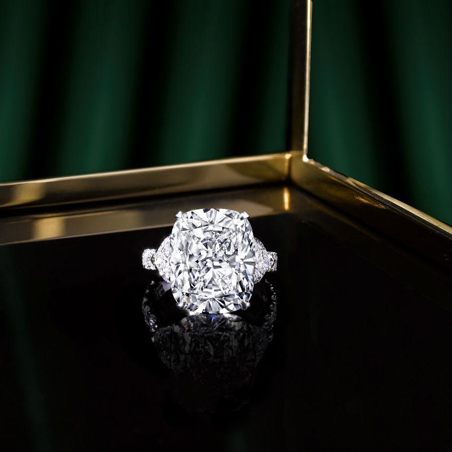 Un anello Graff Diamonds che possiede incastonata un frammento del diamante Lesedi La Rona