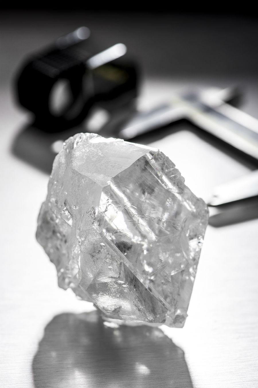 Graff Diamonds – Il diamante grezzo Lesedi La Rona, 1.109 carati, scoperto nella miniera di Lucara Karowe nel Botswana centro-settentrionale.