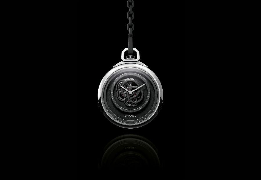 Chanel Horlogerie – Monsieur de Chanel Pocket Watch – cassa in oro bianco incastonata nella sezione laterale con 57 diamanti taglio baguette – catena in oro bianco con finitura HYCERAM nera – movimento meccanico a carica manuale, di manifattura, Calibro 2.2 – autonomia di 48 ore – pezzo unico.