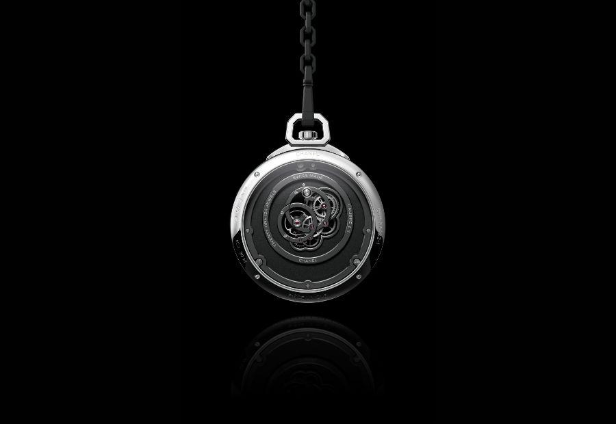 Chanel Horlogerie – il lato fondello del Monsieur de Chanel Pocket Watch che consente di ammirare anche la sezione posteriore del Calibro 2.2 scelto da Chanel per il suo primo tasca. Dotato di bilanciere ad inerzia variabile adotta ponti e platina circolari rivestiti in ADLC.
