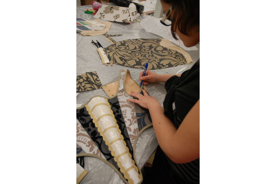 Nicolao Atelier: Dettaglio di lavorazione in cui è possibile notare come il sarto, per la realizzazione dei suoi costumi d'epoca, attinga anche a opere d'arte del passato.