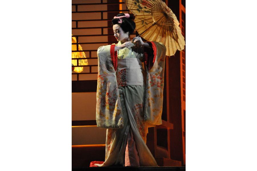 """Nicolao Atelier: Dettaglio del kimono per l'opera """"Madama Butterfly"""" al teatro La Fenice di Venezia, realizzato in seta crema con disegni floreali."""