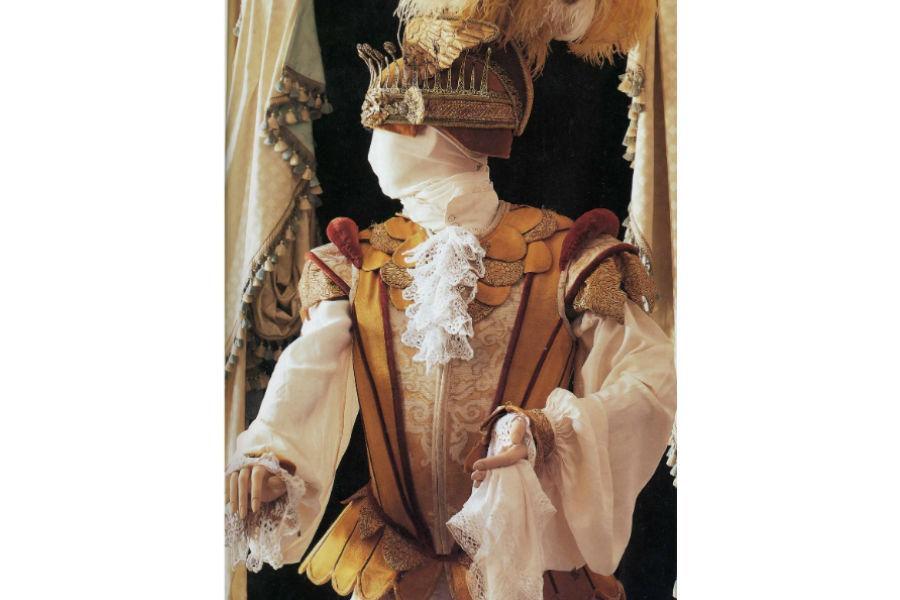 """Nicolao Atelier: Abito per il film """"Farinelli"""", che racconta la storia del celebre cantante vissuto nel XVIII secolo e che ha vinto il Golden Globe. Il costume è stato indossato dall'attore Dionisi. Ogni dettaglio è curato con precisione: dal giustacuore sulle tonalità del giallo-crema e oro ai pantaloni damascati alla camicia in seta con jabot, fino all'elmo con piume in argento."""