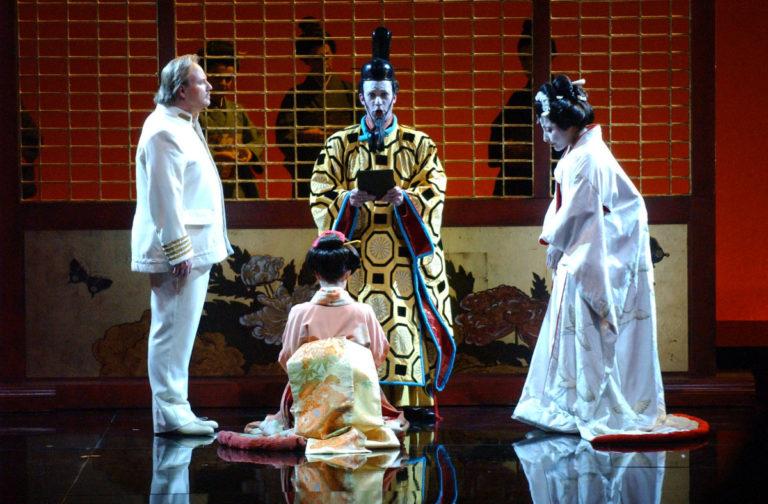 """Una scena della rappresentazione teatrale """"Madama Butterfly"""" di cui Nicolao Atelier ha eseguito la realizzazione dei costumi"""
